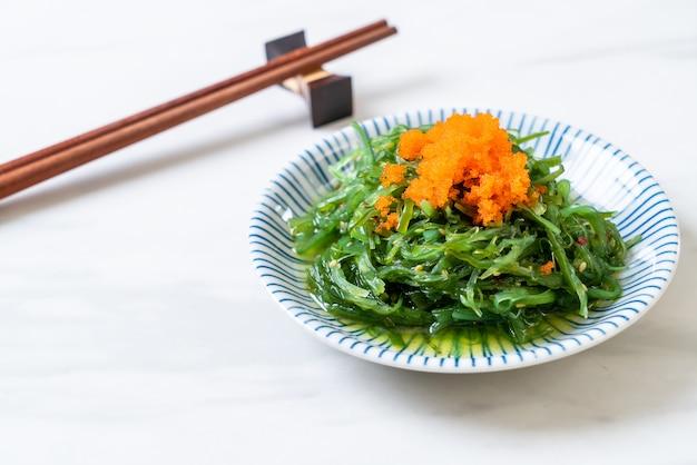 Ensalada de algas con huevos de gambas - estilo japonés