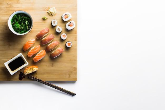 Ensalada de algas marinas y sushi a bordo