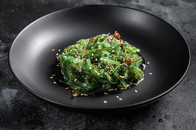 La ensalada de algas con semillas de sésamo. vista superior