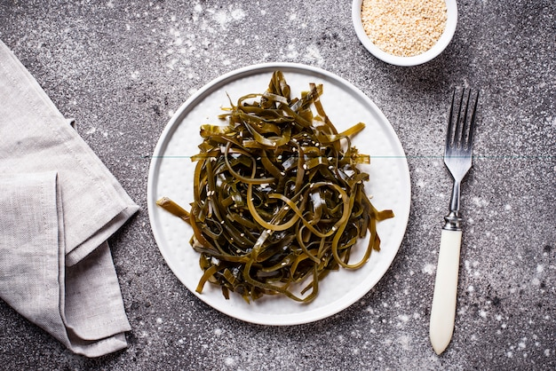 Ensalada de algas con semillas de sésamo