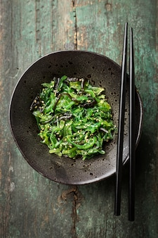 Ensalada de algas servidas y listas para comer.