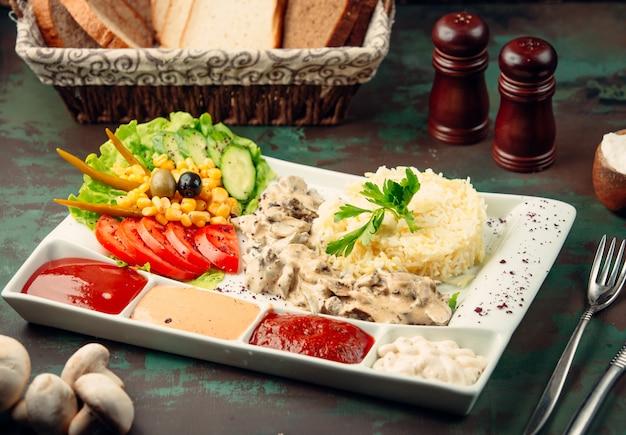 Ensalada con arroz y diferentes salsas