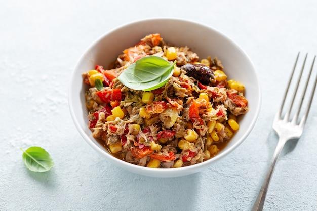 Ensalada de atún apetitosa sabrosa con verduras servida en un tazón.