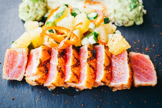 Ensalada de atún crudo a la plancha con verdura.
