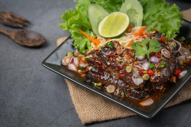Ensalada de atún enlatada picante e ingredientes de comida tailandesa