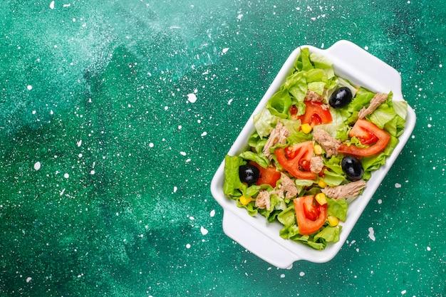 Ensalada de atún con lechuga, aceitunas, maíz, tomates, vista superior