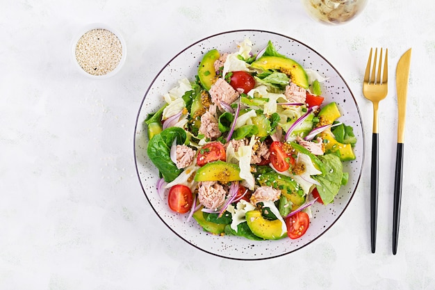 Ensalada de atún con lechuga, tomates cherry, aguacate y cebolla morada. comida sana. cocina francés. vista superior, espacio de copia, endecha plana