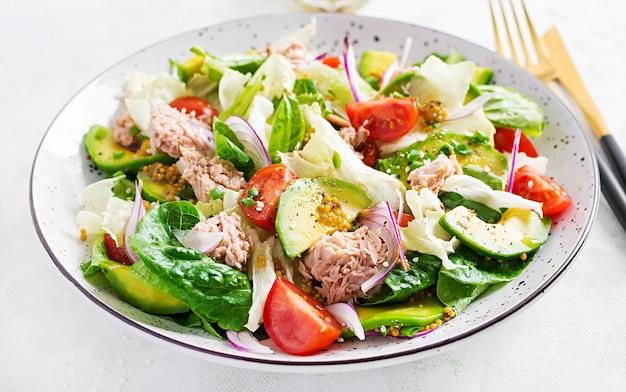 Ensalada de atún con lechuga, tomates cherry, aguacate y cebolla morada. comida sana. cocina francés.