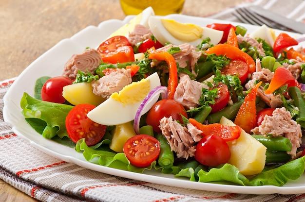 Ensalada de atún, tomate, papa y cebolla.