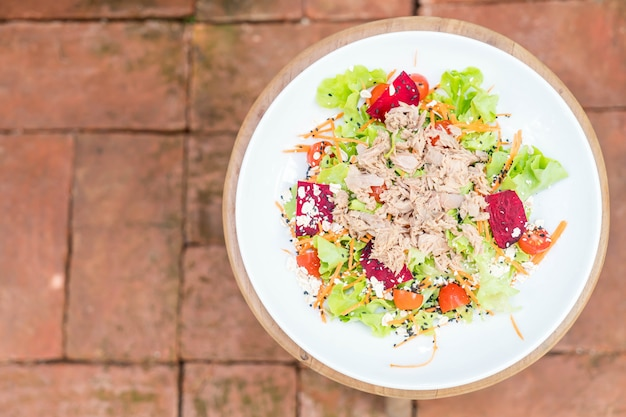 Ensalada de atún con verduras, sésamo y salsa picante.