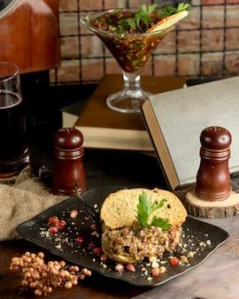 Ensalada de barbacoa con una rebanada de pan crujiente