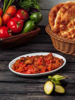 Ensalada de berenjena asada con tomate y pimientos verdes