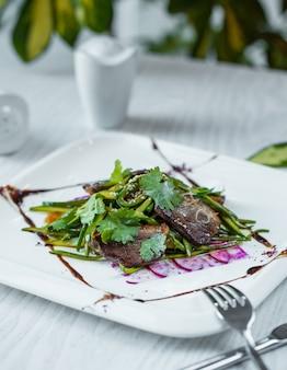 Ensalada de berenjenas con ruccola en el plato