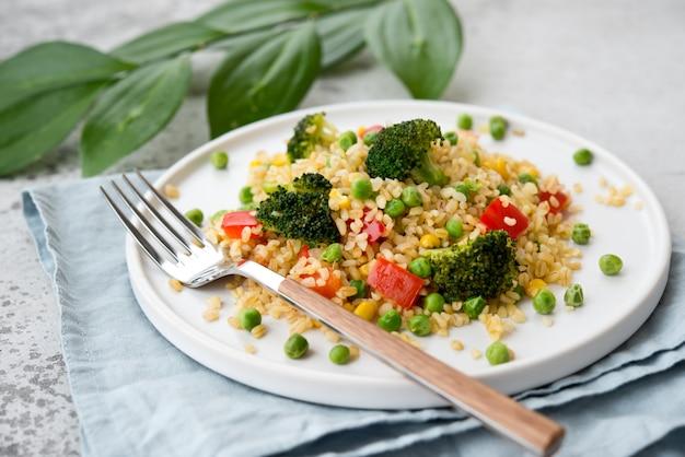 Ensalada de bulgur con verduras en un plato