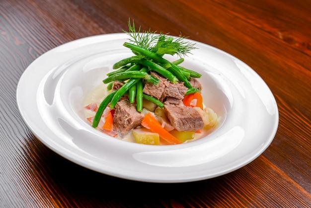 Ensalada caliente con carne, verduras y frijoles.