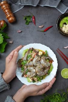 Ensalada de camarones frescos picantes e ingredientes de comida tailandesa