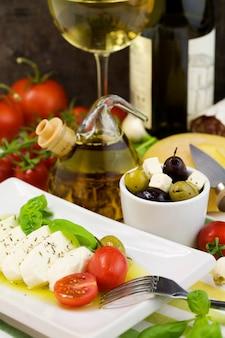 Ensalada caprese italiana y aceitunas