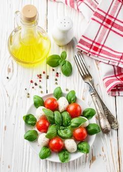 Ensalada caprese italiana tradicional con mozzarella, tomates cherry