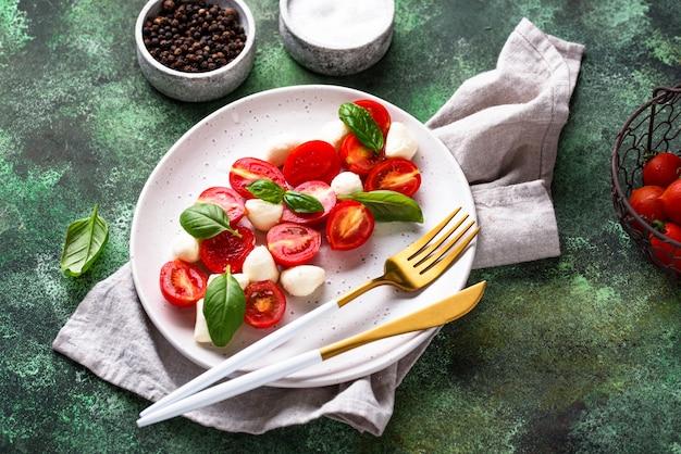 Ensalada caprese con tomate y mozzarella
