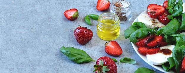 Ensalada caprese de verano. caprese con fresas. ensalada dietética con albahaca y mozzarella. dieta ceto.