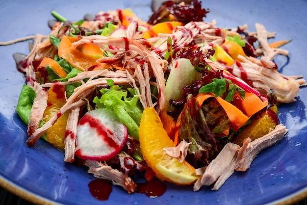 Ensalada de carne al horno, naranja y verduras