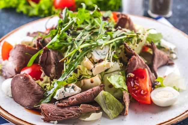 Ensalada de carne asada verduras y queso. de cerca