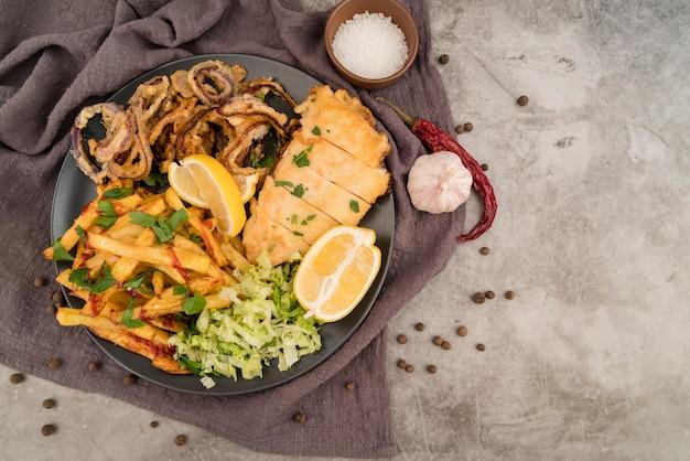 Ensalada y carne deliciosas papas fritas