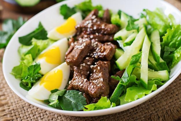 Ensalada con carne de res picante, pepino y huevos al estilo asiático.