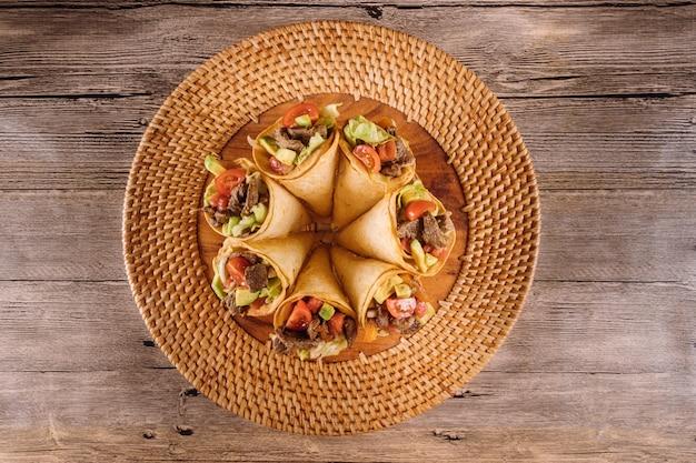 Ensalada de carne saludable en conos de tortilla en el sol