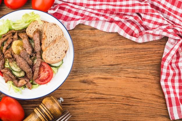 Ensalada de carne y verduras de comida fitness