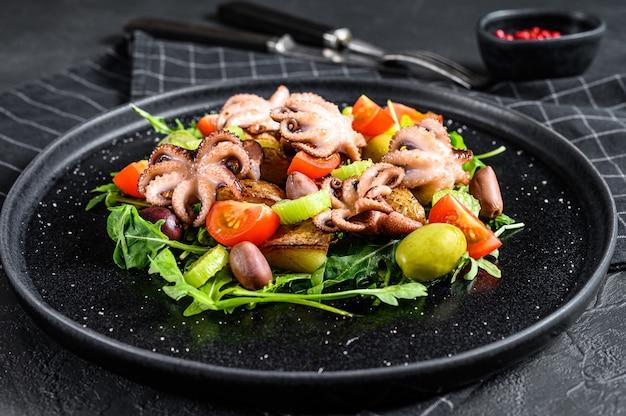 Ensalada casera con pulpo y papas, rúcula, tomates y aceitunas.