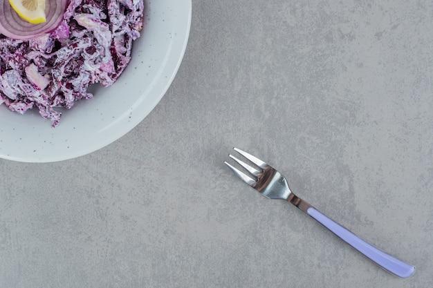 Ensalada de cebolla morada en un plato de cerámica blanca