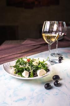 Ensalada de centeno y queso y vino blanco, aceitunas