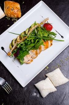 Ensalada césar galletas de pollo lechuga tomate parmesano anchoas vista superior