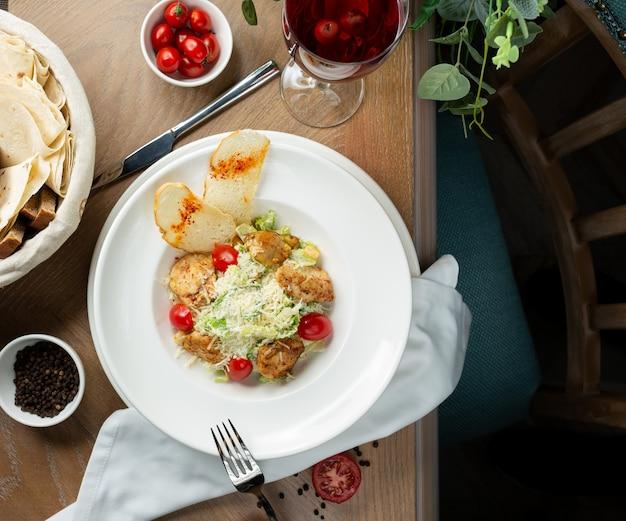 Ensalada césar de pollo con crutones y vegetales