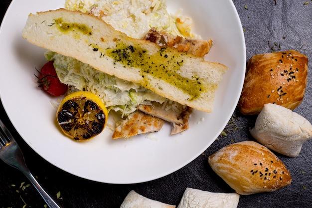 Ensalada césar pollo lechuga tomate limón parmesano anchoas vista superior