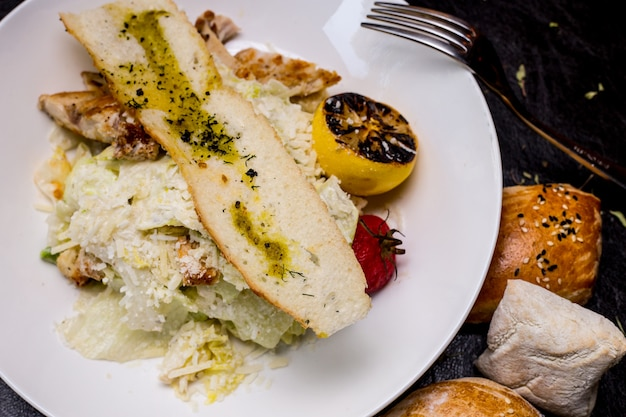 Ensalada césar pollo lechuga tomate parmesano anchoas vista superior