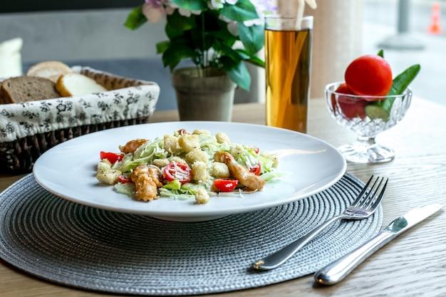 Ensalada césar pollo tomate parmesano lechuga anchoas vista lateral