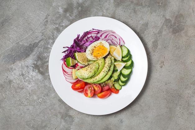 Ensalada de chef mixto. ensalada de chef mixta. aguacate