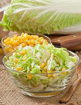 Ensalada de col china con maíz dulce en un recipiente de vidrio