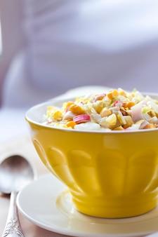 Ensalada de col china, maíz dulce y surimi