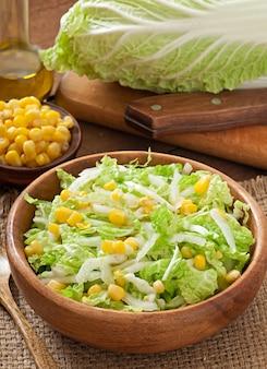 Ensalada de col china con maíz dulce en un tazón de madera