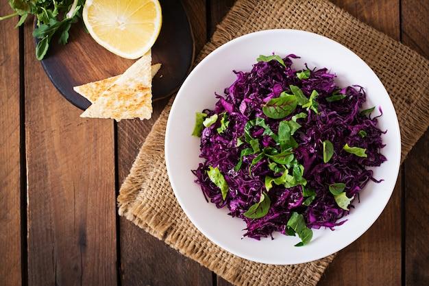 Ensalada de col lombarda con hierbas