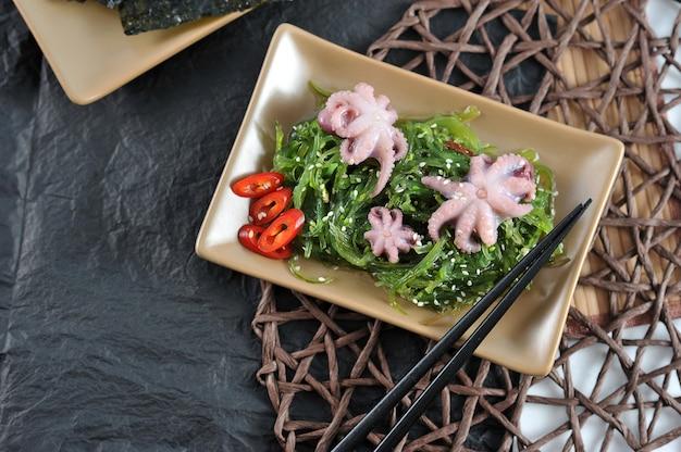 Ensalada de col marina chuka, pulpo