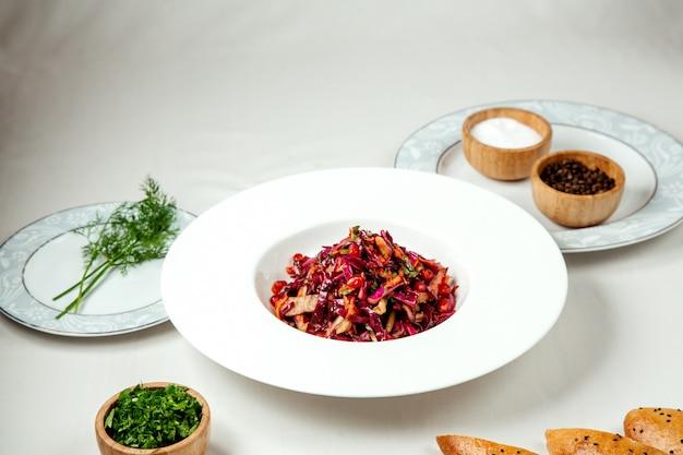 Ensalada de col roja sobre la mesa