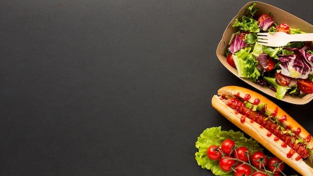 Ensalada y comida rápida con espacio de copia.