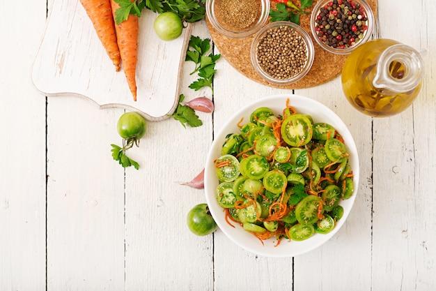 Ensalada coreana de tomates verdes y zanahorias.