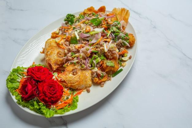 Ensalada crujiente de pescado tubtim, hierba de comida tailandesa.