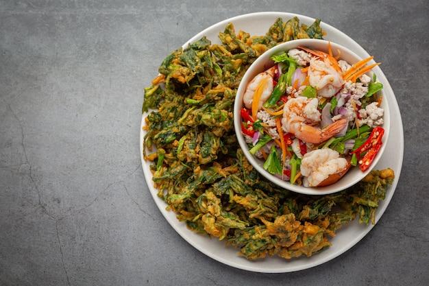 Ensalada crujiente picante de la gloria de la mañana con camarones, camarones frescos picantes, comida tailandesa.