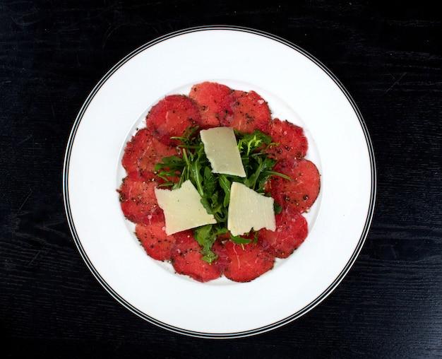 Ensalada cubierta con queso y vegetación